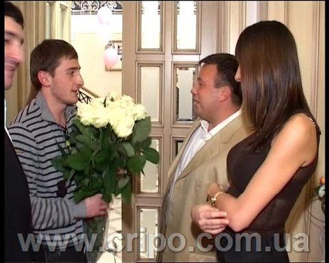Старший вице-президент банка «Правэкс» - Степан Черновецкий (на то время). поздравляет друга