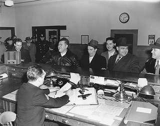 Ограбив сто банков, Саттон продолжал ездить на метро, где его и опознали