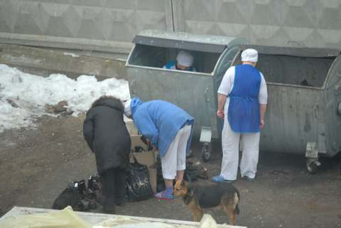 Картинки по запросу россияне возле мусорников фото