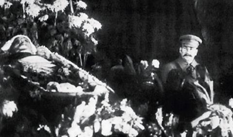 Сталін біля труни Кірова - в почесній варті