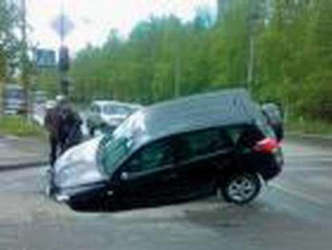 человек на шиномонтаже поменял колесо, отъехал полтора километра, колесо отвалилось, улетело на «встречку»