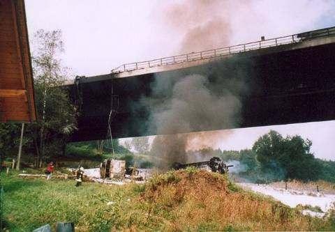 Падение бензовоза со стометрового моста в Германии