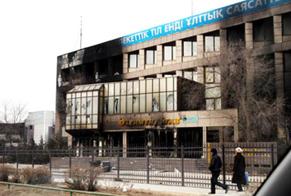 Административное здание «Узеньмунайгаза» после погромов