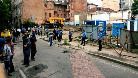 Фото: Игорь Луценко  В субботу в Десятинном переулке милиция снова показала себя во всей красе - защищала незаконную стройку, била местных жителей, арестовывала случайных граждан