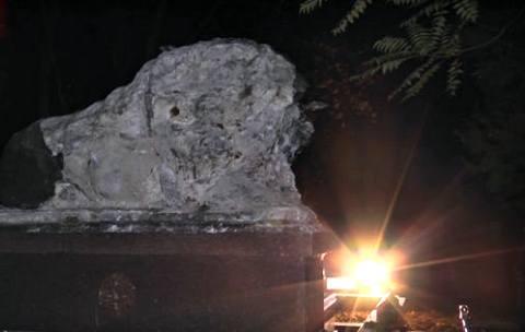 В Луганске вандалы разбили льва на могиле «криминального авторитета» 90-х (ФОТО)