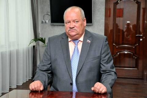 Утолщенный депутат Госдумы застрял в танке в Нижнем Тагиле и пригрозил перестрелять всех вокруг