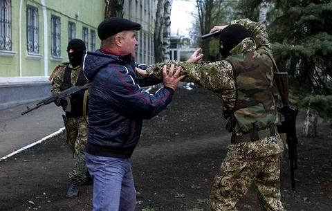 «Сторонник федерализации» (справа) разговаривает с жителем Краматорска (фото Илья Питалев/Ъ) Від користувача Твітера @adagamov