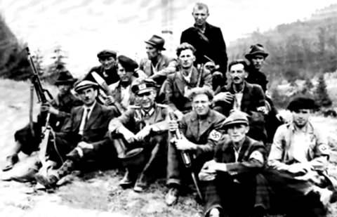 (Так выглядело подразделение немецких диверсантов из «Бранденбурга». Одна из самых знаменитых его операций – захват нефтяных месторождений Майкопа летом 1942 года и самого города)