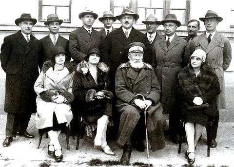 (Генерал Туркул – в центре, с усиками – с соратникам-белогвардейцами в Софии)
