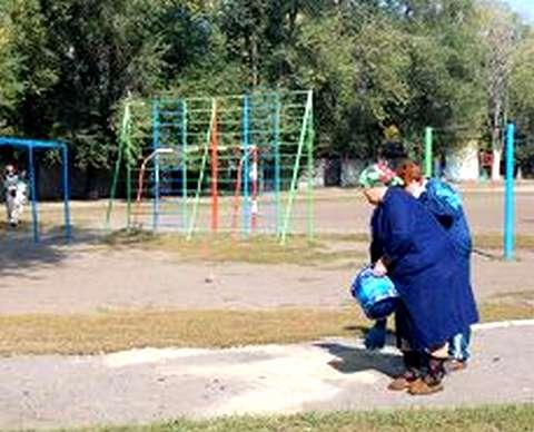 4 октября 2011 года. Работницы запорожской школы №71 засыпают кровь взорвавшегося россиянина