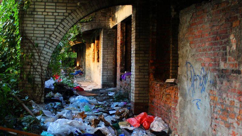 Бездомних людей катували у закинутому будинку
