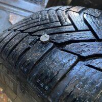 Нелегальні паркувальники у Києві пробивають колеса в авто