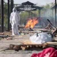 В Индии не успевают сжигать тела погибших от мутировавшего коронавируса
