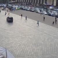 У центрі Києва водій на Land Rover вилетів на пішоходну зону збив кількох людей та врізався в поток машин на Хрещатику (відео)