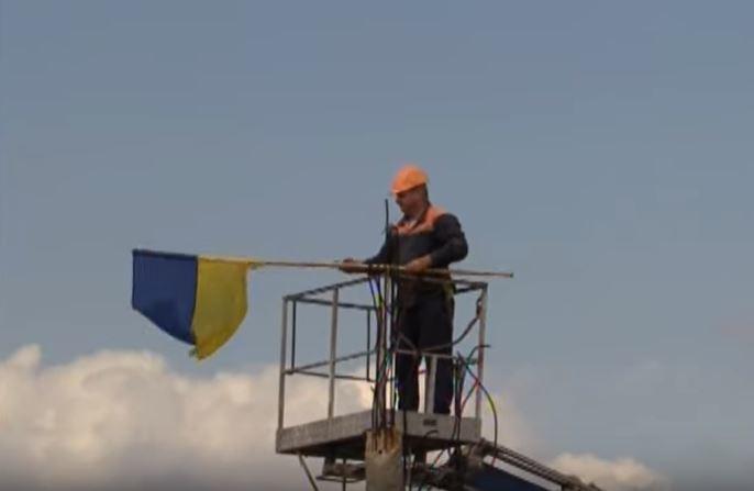 Возле моста в Станице Луганской сняли все украинские флаги