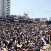 Протесты в Беларуси. Тысячи людей вышли в центр Минска почтить память погибших на протестах (обновляется)