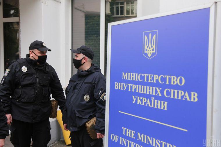 Полицейские в медицинских масках во время карантина у здания Министерства внутренних дел в Киеве, 28 мая 2020 года